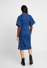Lost Ink - UTILITY WRAP DRESS - Robe en jean - mid denim - 3