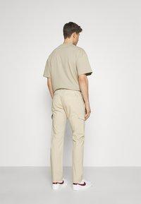 TOM TAILOR - PANTS - Pantaloni cargo - sandy beige - 2