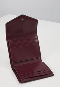 Coach - SIGNATURE BLOSSOM PRINT SMALL WALLET - Peněženka - tan sand - 5