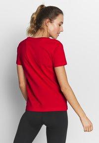 Champion - CREWNECK - T-shirt z nadrukiem - red - 2