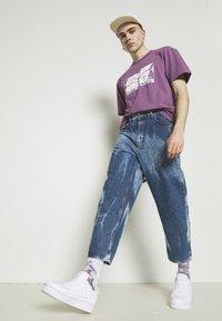Edwin - UNEVEN LOVE UNISEX - Print T-shirt - chinese violet - 4