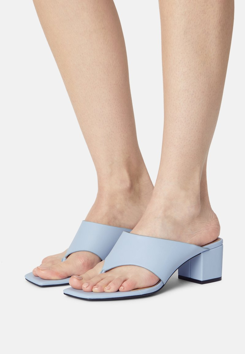 Monki - Sandály s odděleným palcem - blue dusty light