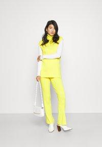HOSBJERG - DORTHEA PANTS - Kalhoty - yellow - 1