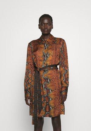 DRESS - Košilové šaty - brown