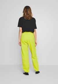 Nike Sportswear - Trainingsbroek - bright cactus/(white) - 2