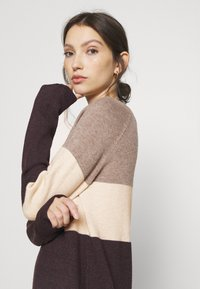 ONLY - ONLLILLO DRESS - Pletené šaty - woodsmoke/oatmeal mel/chicory coffe - 3