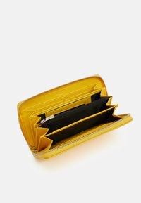 L. CREDI - ELLA  - Wallet - lemon - 2