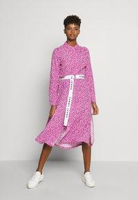 Tommy Jeans - PRINTED SHIRT DRESS - Korte jurk - pink daisy - 1