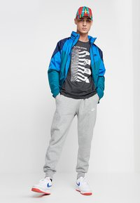 Nike Sportswear - CLUB - Pantaloni sportivi - dark grey heather/matte silver/white - 1