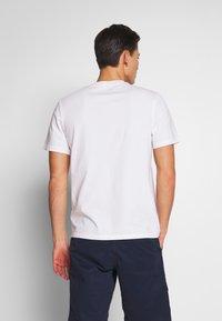 Timberland - KENNEBEC - T-shirt z nadrukiem - white - 2