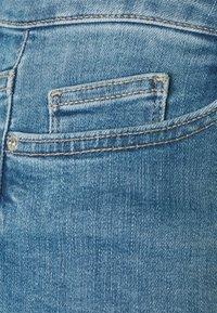 ONLY - ONLBLUSH WAIST LONG - Jeansshorts - medium blue denim - 4