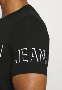 Calvin Klein Jeans - SHADOW LOGO TEE - T-shirt con stampa - black - 6