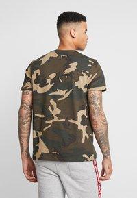 Alpha Industries - T-shirt z nadrukiem - woodland camo - 2