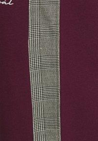 Nominal - CHECK TAPE  - Pantalon de survêtement - burgundy - 6