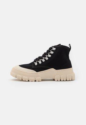 TWIG - Kotníkové boty - black/white