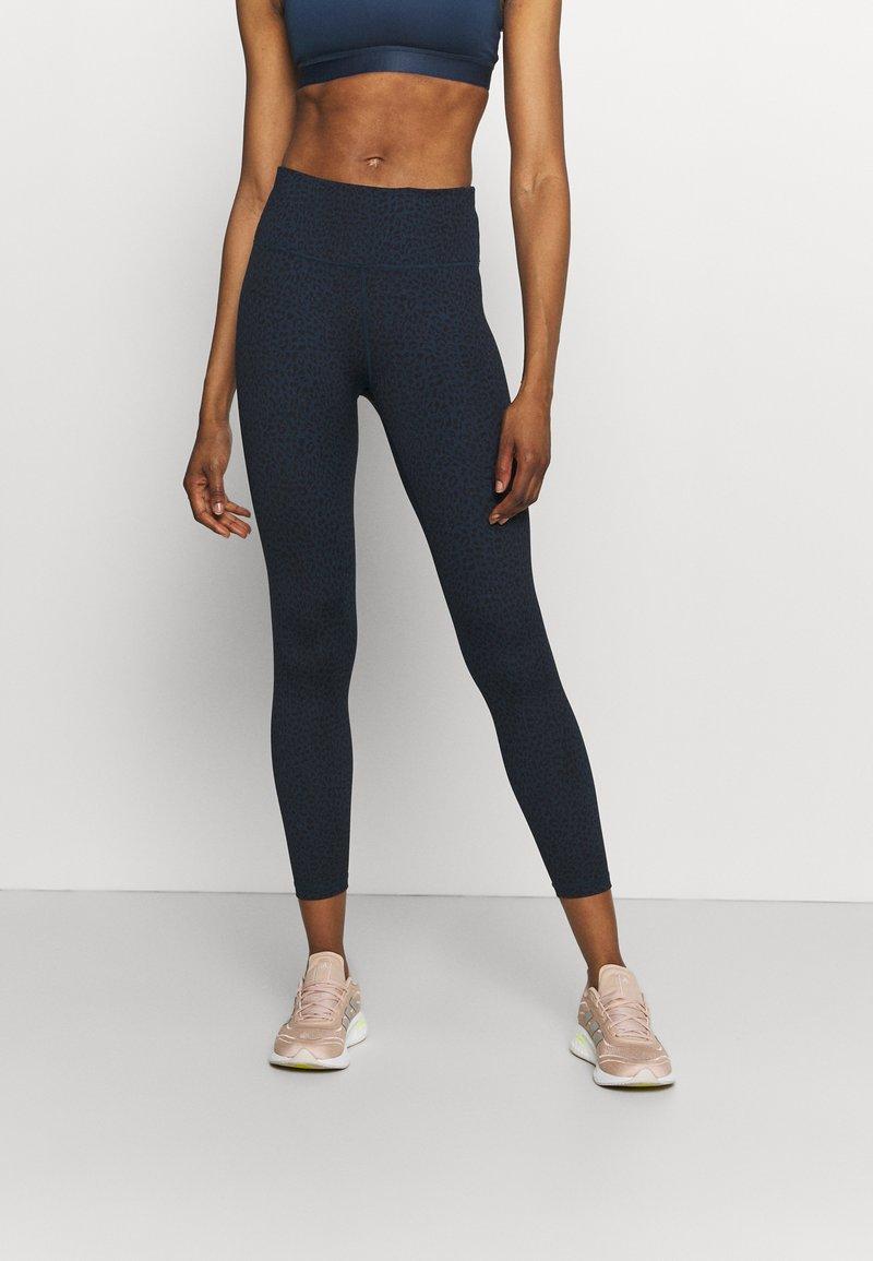 Sweaty Betty - FLATTER ME 7/8 WORKOUT LEGGINGS - Leggings - navy blue