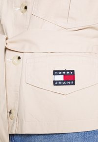 Tommy Jeans - BELTED OVERSHIRT - Blouse - smooth stone - 4