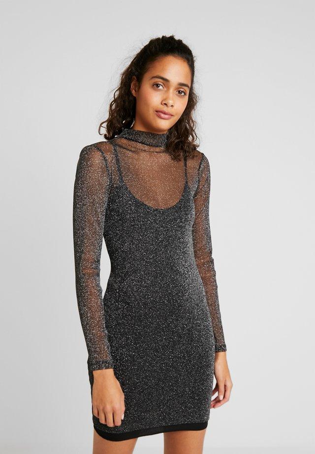 SPARKLING MINI DRESS - Pouzdrové šaty - silver