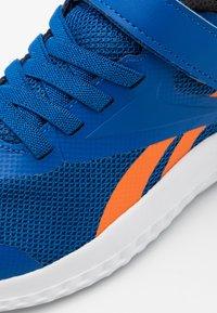 Reebok - RUSH RUNNER 3.0 - Obuwie do biegania treningowe - vector blue/high vision orange/black - 5