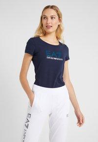 EA7 Emporio Armani - Print T-shirt - navy blue - 0