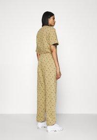 Nike Sportswear - W NSW PANT BB AOP PRNT PACK - Tracksuit bottoms - parachute beige - 0
