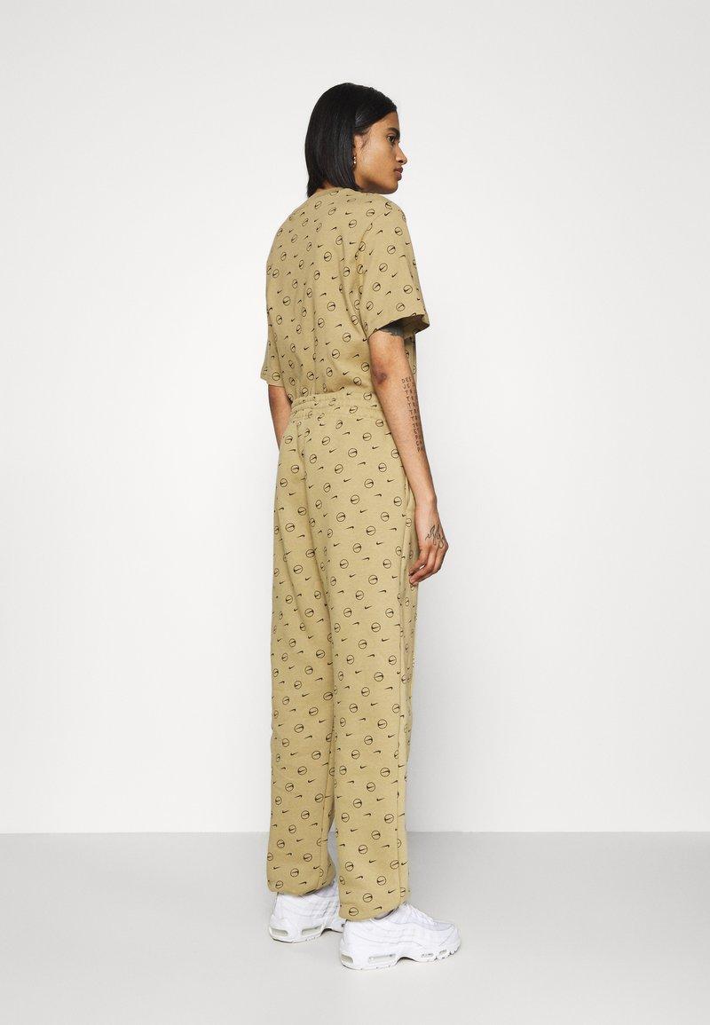 Nike Sportswear - W NSW PANT BB AOP PRNT PACK - Pantalon de survêtement - parachute beige