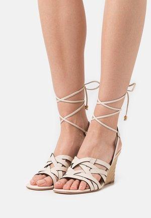 BASKETWEAVE WEDGE - Korolliset sandaalit - new cream