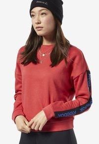 Reebok - TRAINING ESSENTIALS LOGO CREW SWEATSHIRT - Sweatshirts - rebel red - 0