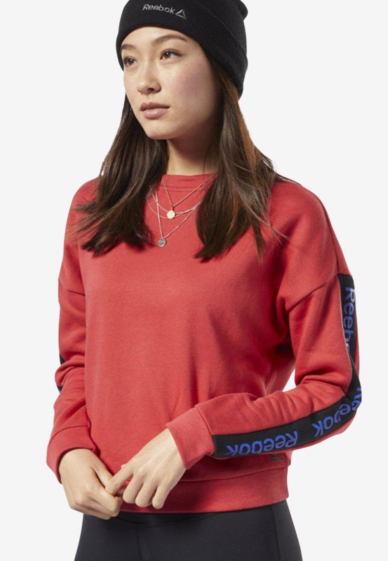 Reebok - TRAINING ESSENTIALS LOGO CREW SWEATSHIRT - Sweatshirts - rebel red