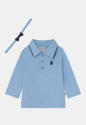 MIT ABNEHMBARER FLIEGE CLASSIC BOYS - Poloshirt - hellblau