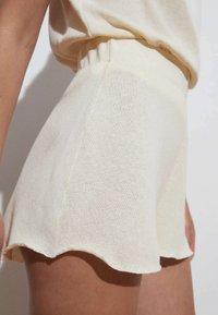 OYSHO - Shorts - off-white - 3