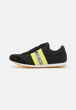 BAYLEN - Sneakersy niskie - black/lime