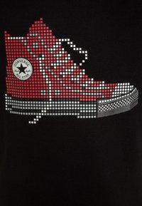 Converse - PIXEL CHUCK TEE - T-shirt z nadrukiem - black - 2