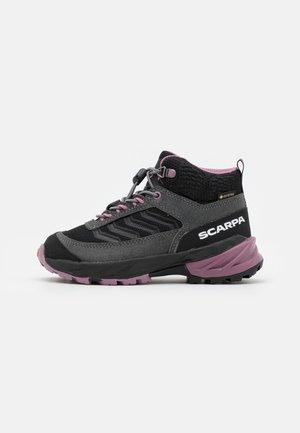 RUSH MID KID GTX UNISEX - Hiking shoes - dark gray/lilac
