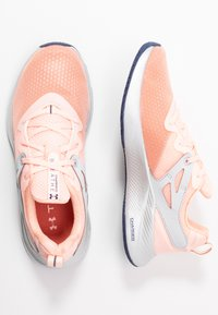 Under Armour - CHARGED BREATHE TR 2 - Sportovní boty - peach frost/halo gray/blue ink - 1
