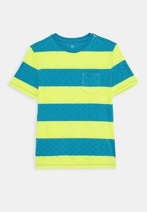 BOY CREW - Print T-shirt - vibrating yellow