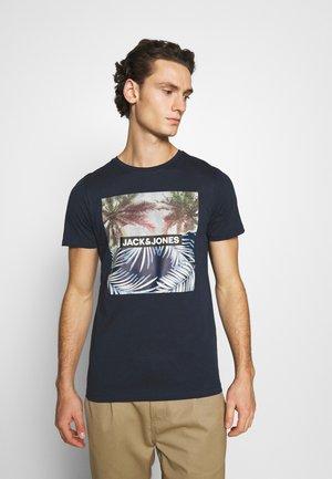 JORSTEIN - Print T-shirt - navy blazer
