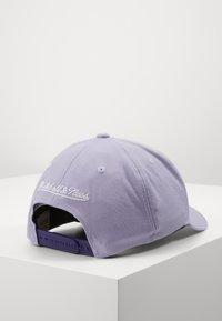 Mitchell & Ness - PINSCRIPT - Caps - passtle purple - 3