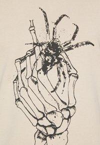 Tigha - DEAD HAND WREN - Print T-shirt - vintage light sand - 4