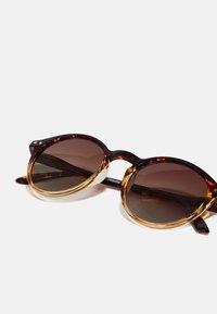 Pilgrim - SUNGLASSES ROXANNE - Sunglasses - brown - 2