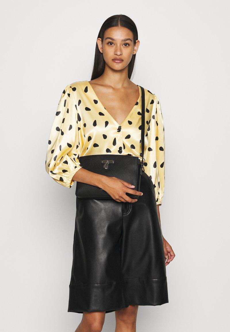 Calvin Klein - DRESSED BUSINESS CROSSBODY - Sac bandoulière - black
