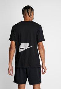 Nike Performance - DRY TEE  - T-shirt med print - black - 2