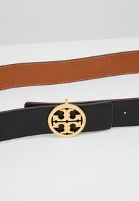 Tory Burch - REVERSIBLE LOGO BELT - Belt - black/gold-coloured - 5