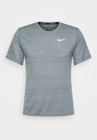 Nike Performance - MILER  - Camiseta estampada - smoke grey/reflective silver - 4