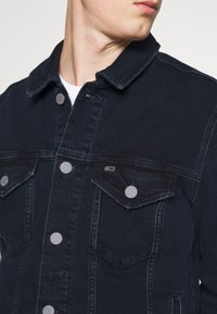 Tommy Jeans - REGULAR TRUCKER - Spijkerjas - oslo blue - 4