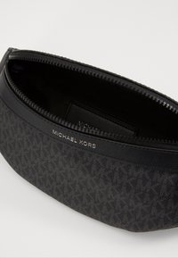 Michael Kors - GREYSON SMALL HIP BAG UNISEX - Bum bag - black - 3