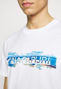 Napapijri - SOBAR GRAPHIC FT5 - Print T-shirt - white - 5