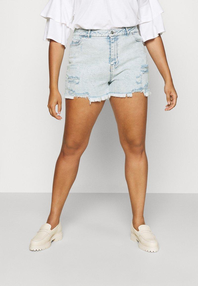 Pieces Curve - PCLAYA SUPER ACID - Shorts di jeans - light blue denim