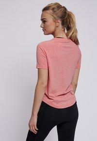 Hummel - PEYTON  - Print T-shirt - calypso coral - 2