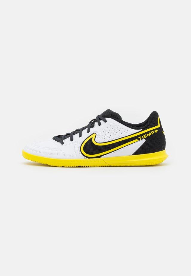 TIEMPO LEGEND 9 CLUB IC - Indendørs fodboldstøvler - white/dark smoke grey/black/yellow strike